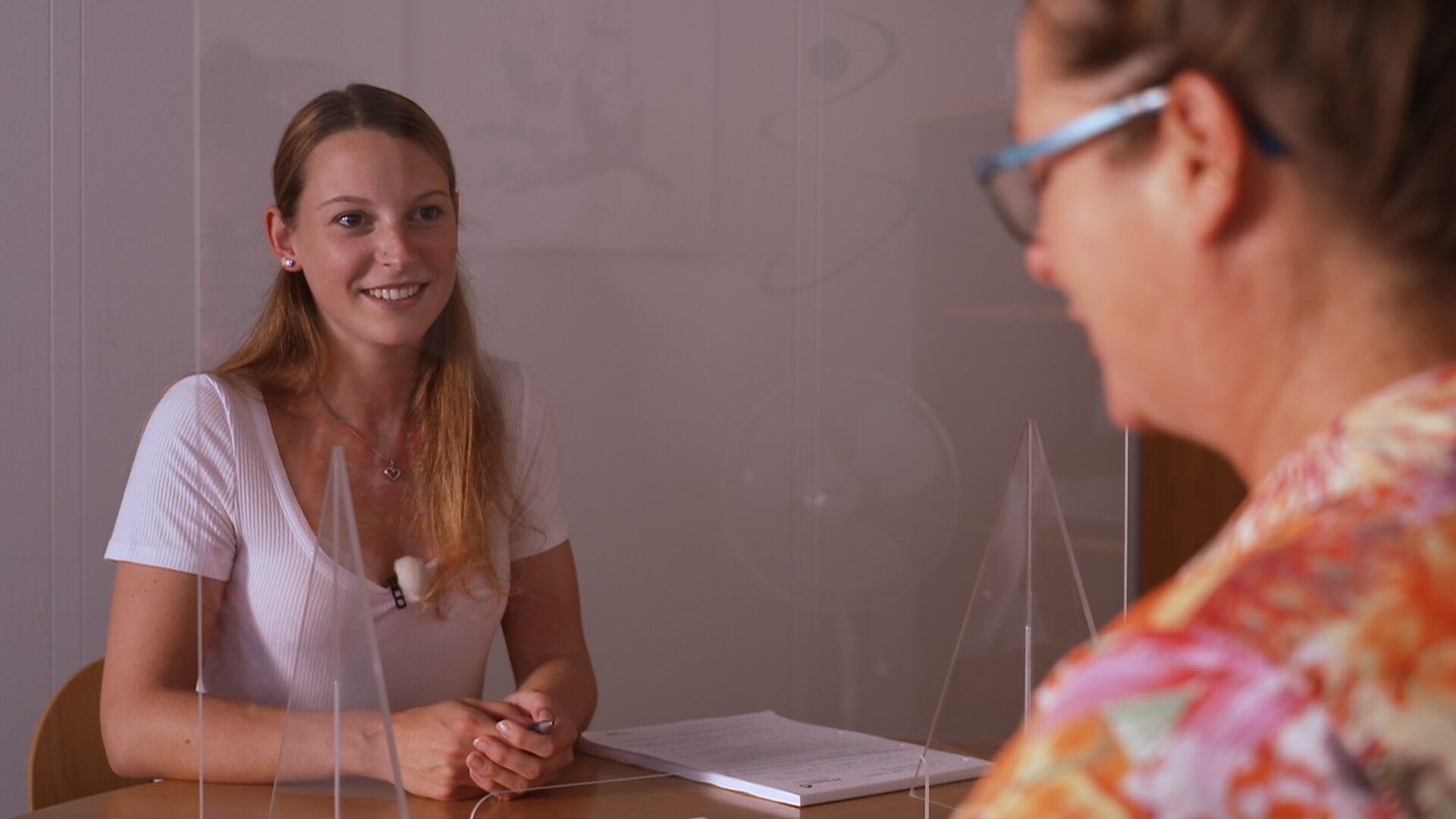 Laura im Gespräch mit Beraterin des Laufbahnzentrums