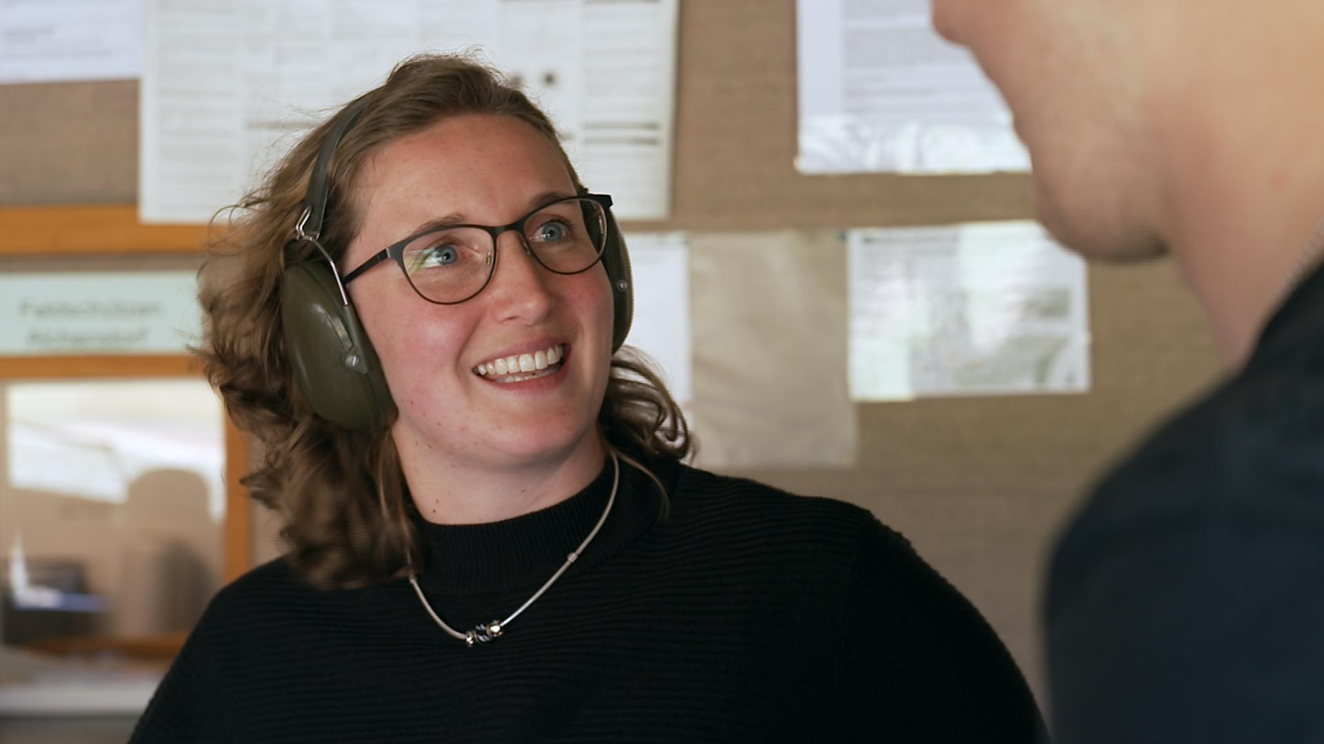 Rebekka Schweizer im Schiessstand mit Gehörschutz