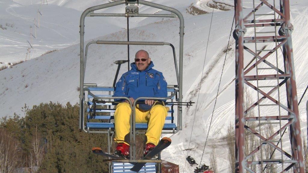 Mann auf Sessellift in Kirgistan