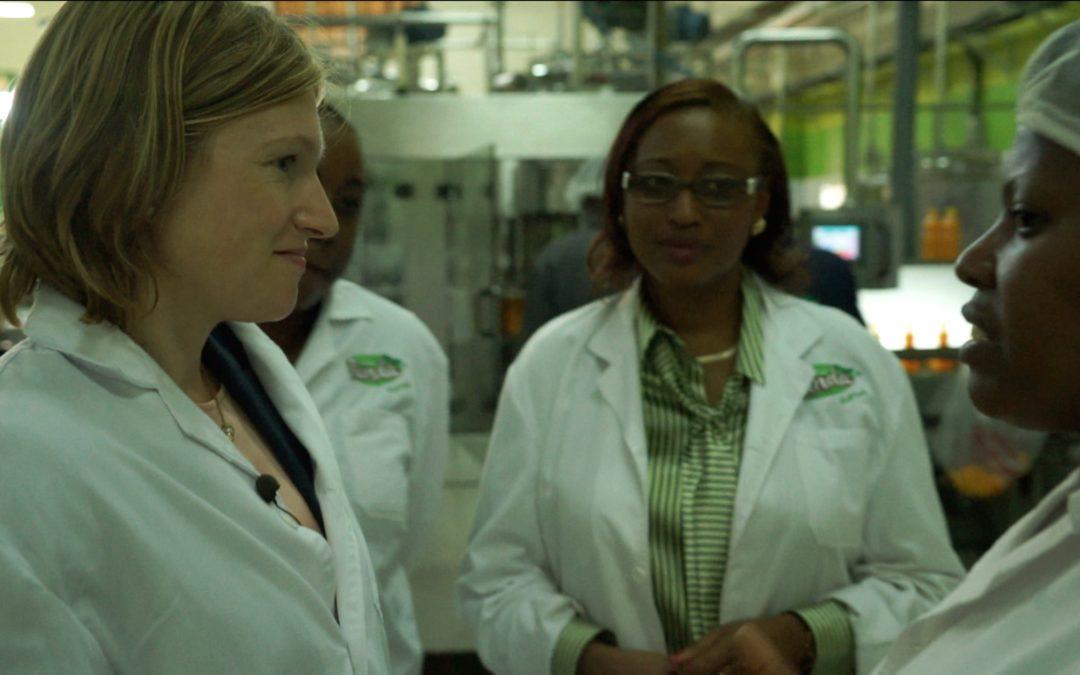 Frauen in weissen Kitteln stehen in einer laborähnlichen Umgebung