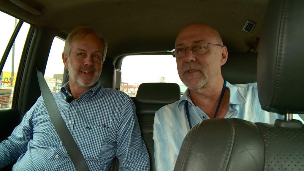 zwei Männer auf dem Rücksitz eines Autos
